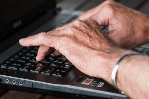 Les seniors se mettent à l'informatique
